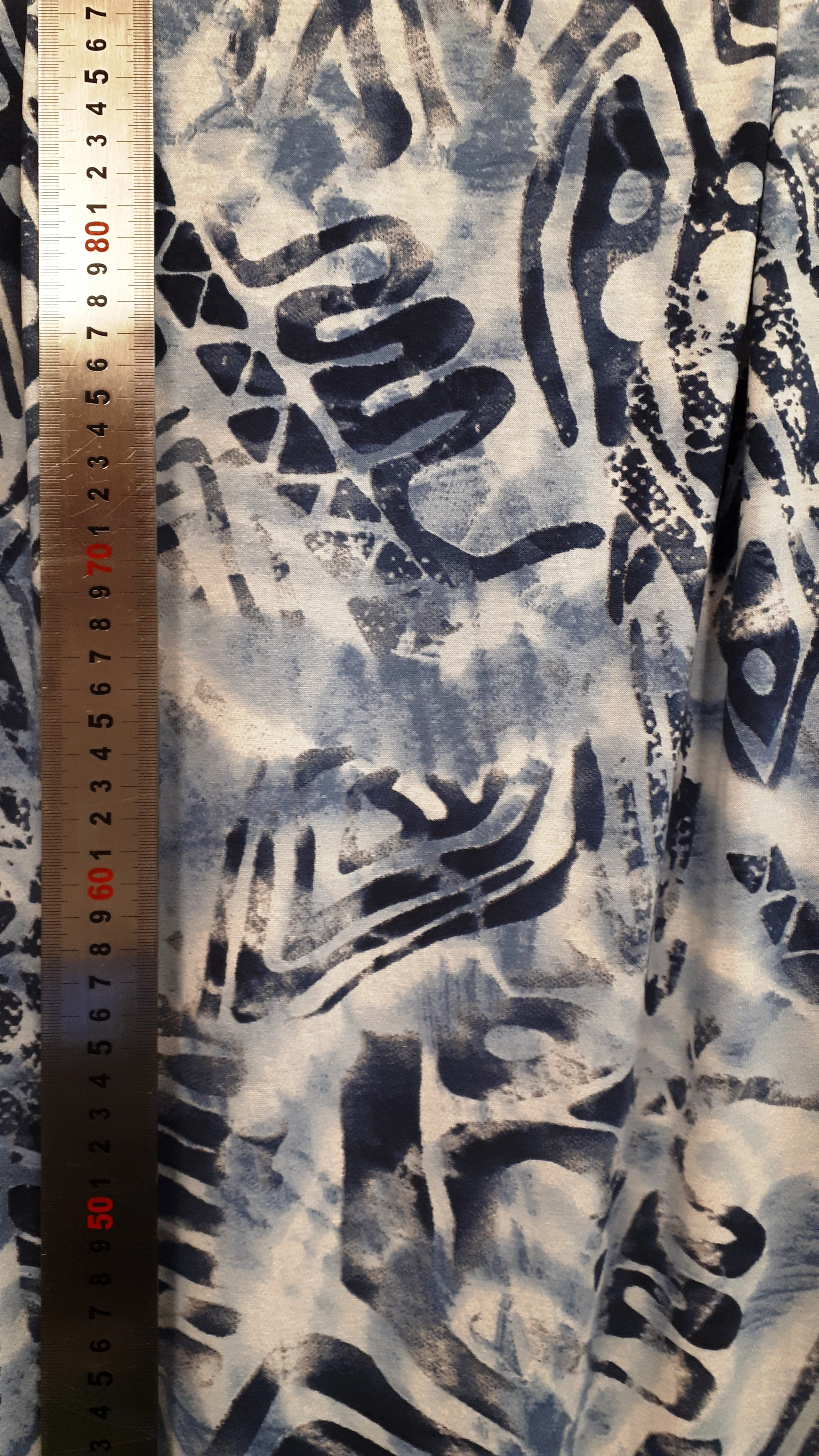 Liela stilizēta raksta trikotāža zilajos toņos - viskoze ar elastānu