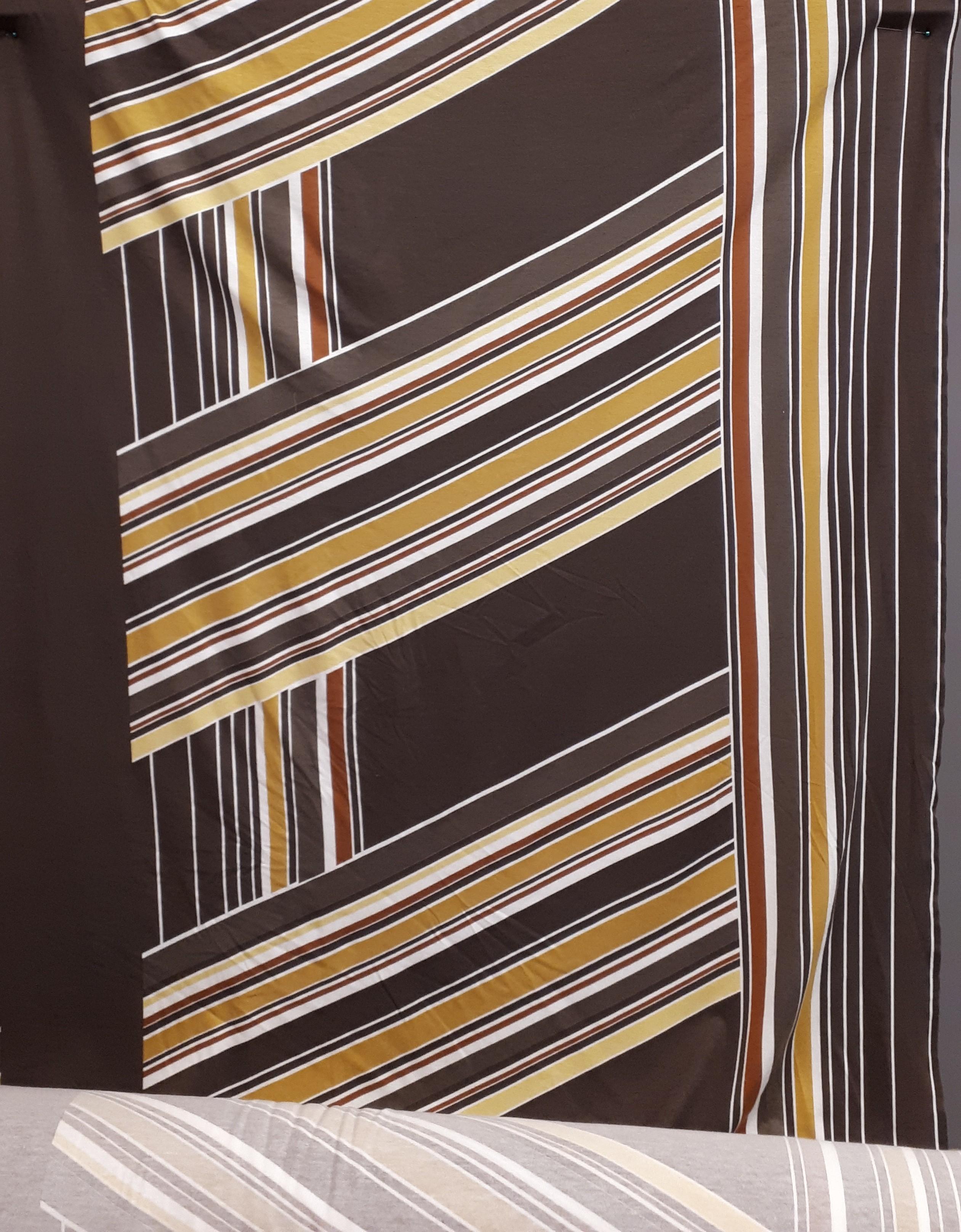 Grafiska raksta viskozes trikotāža brūnā krāsā