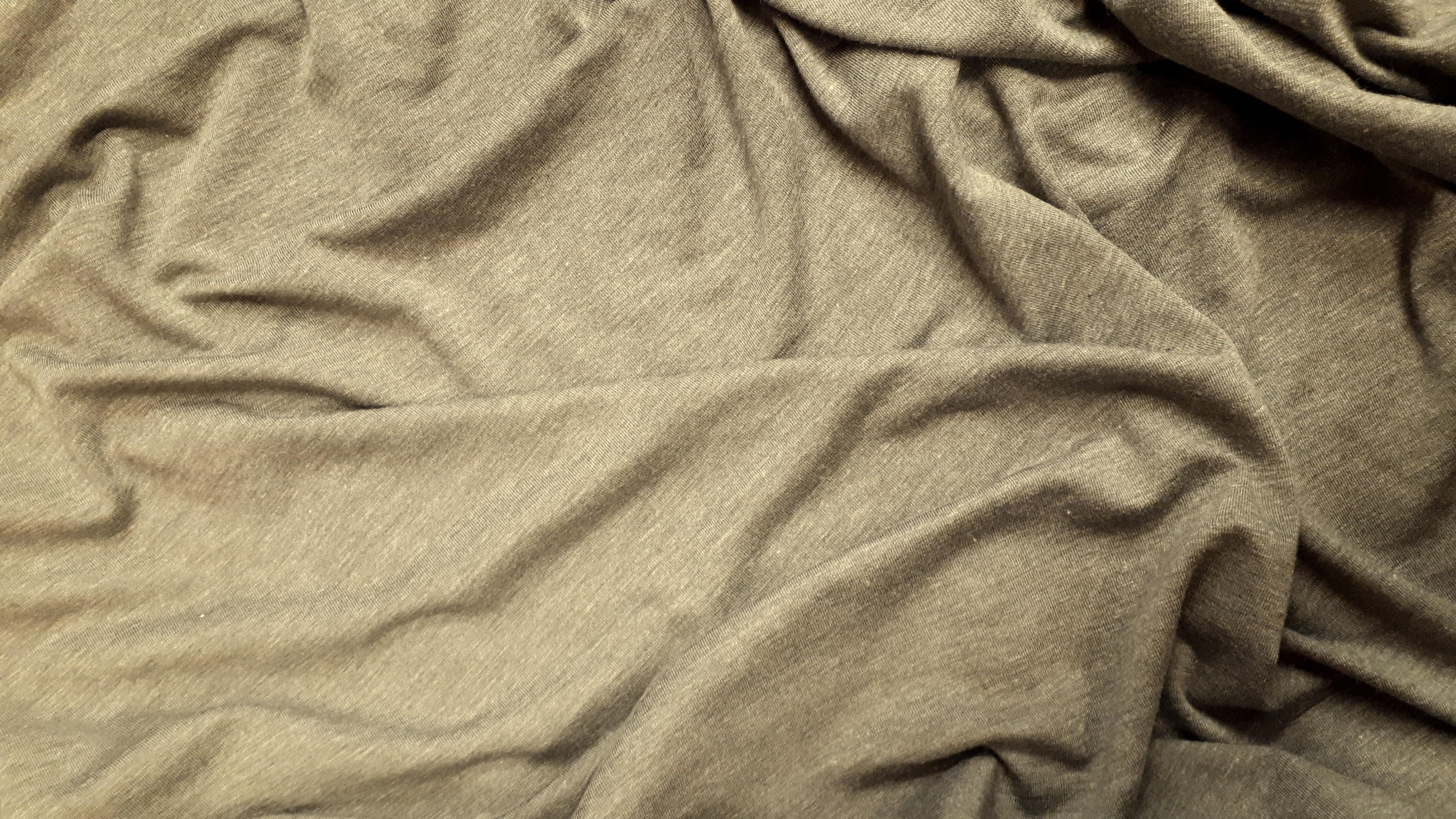 Krītošā melanžas poliestera trikotāža olīvzaļā krāsā