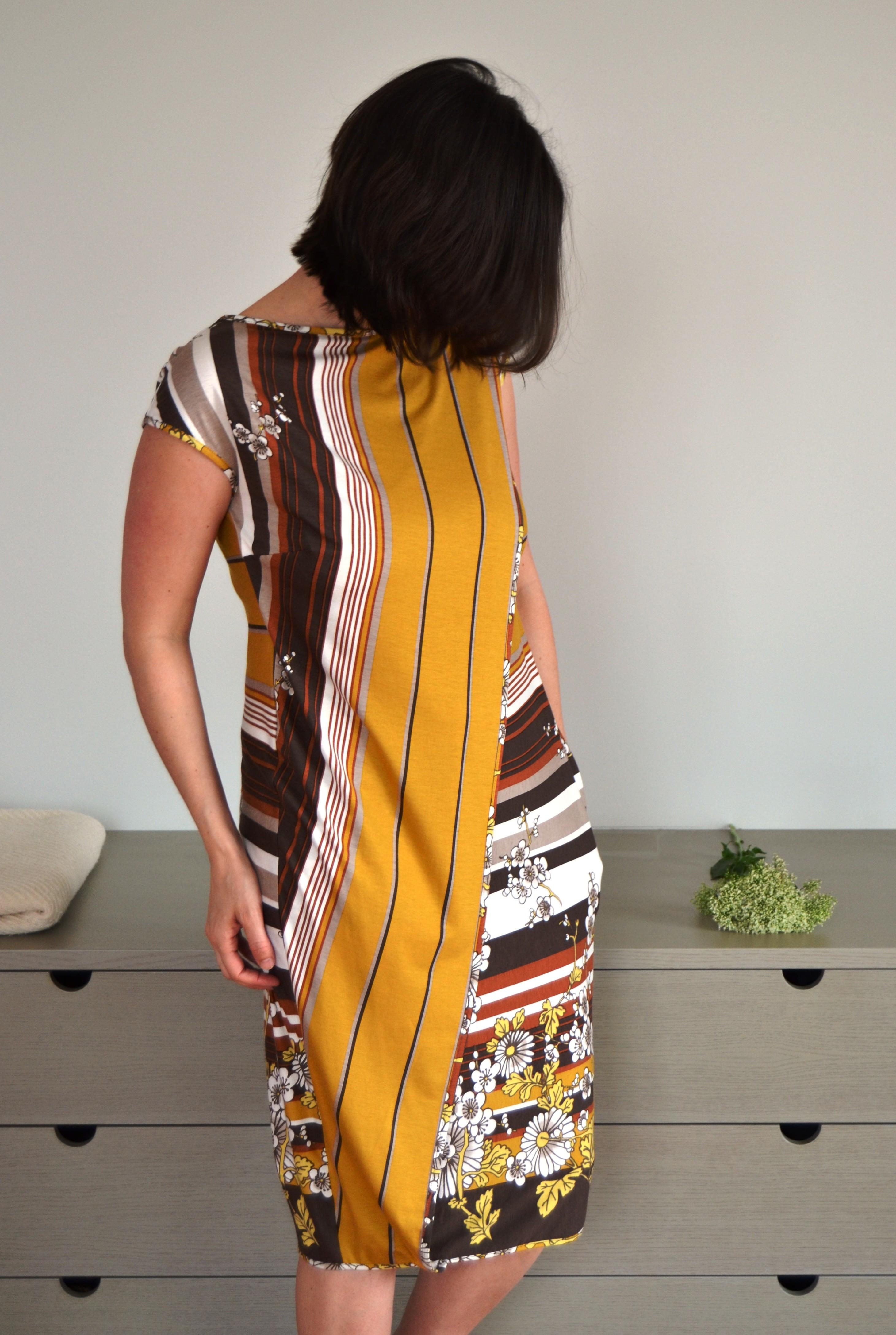 Asimetriska strīpaina kleita zīdīšanai un grūtniecībai - apģērbs zīdīšanai, apģērbs barojošām un topošajām māmiņām